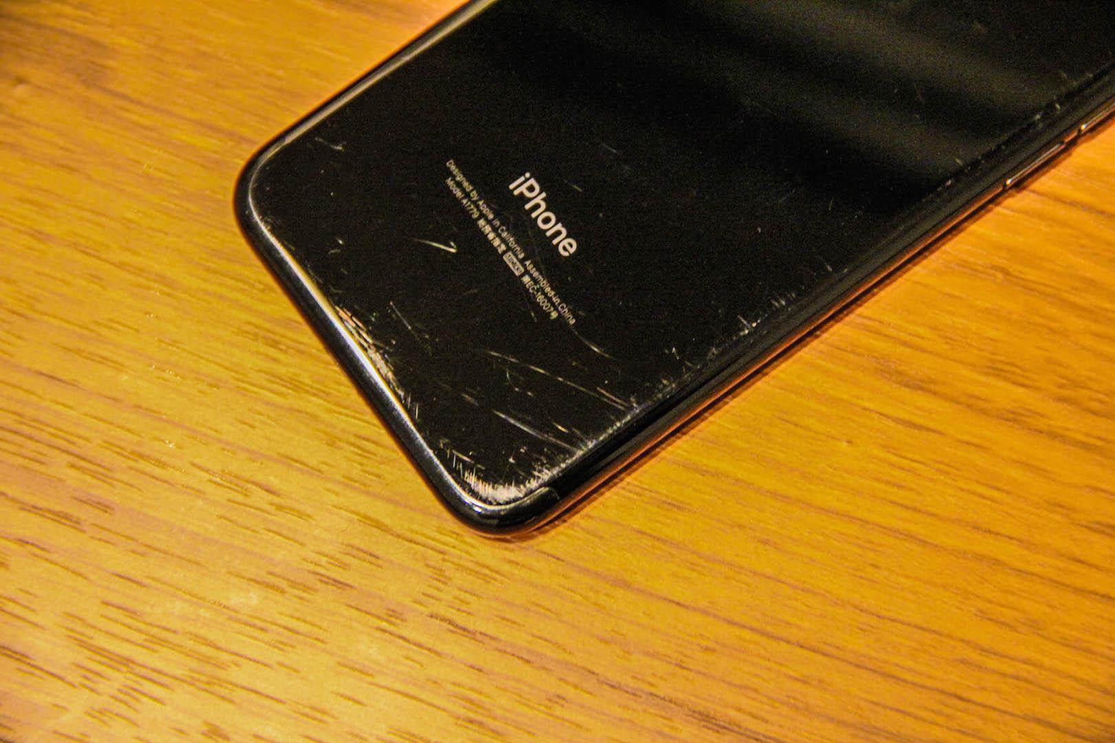 iPhone7ジェットブラックの傷の写真