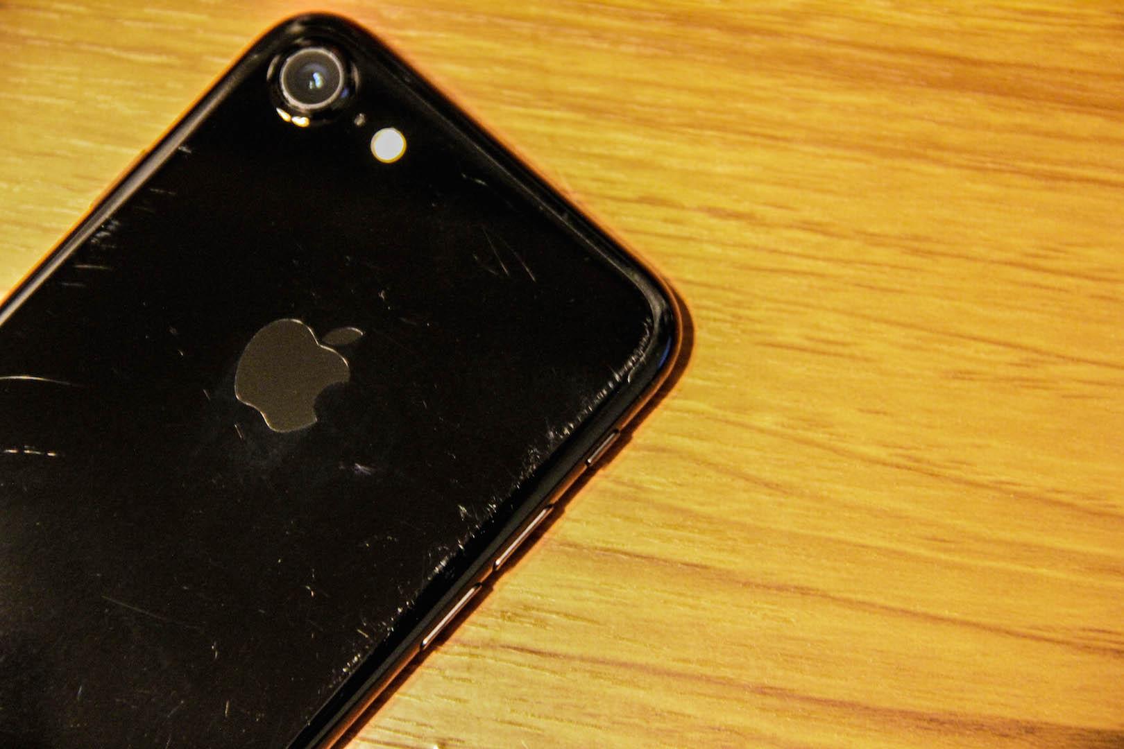 iPhone7ジェットブラックの本体の傷の写真