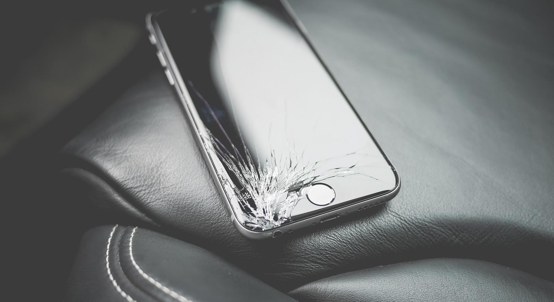 iPhonの画面が割れた写真
