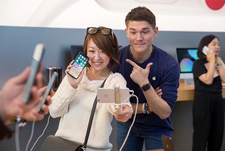 iPhoneXを手にする女性の写真
