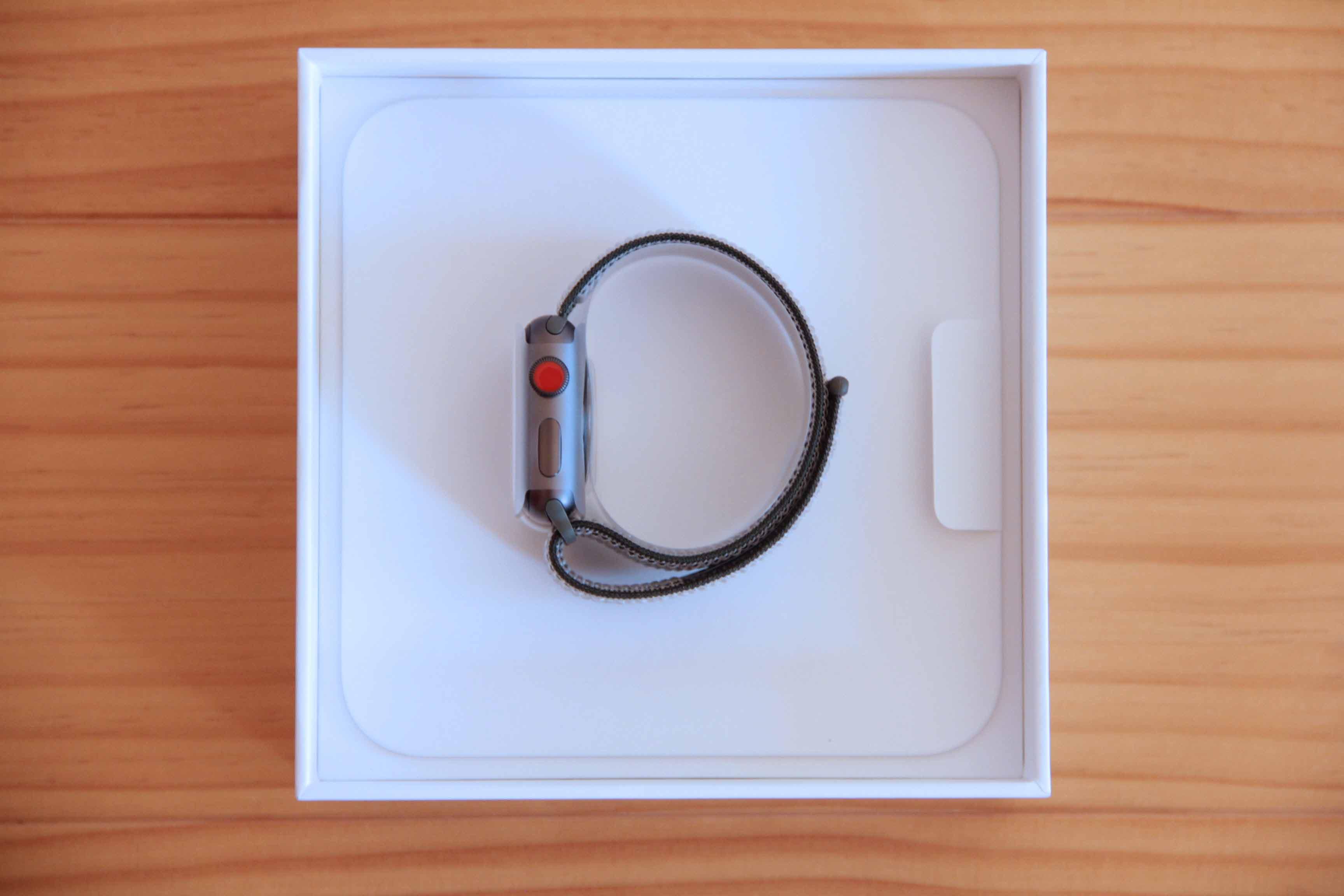 AppleWatch外箱と本体の写真