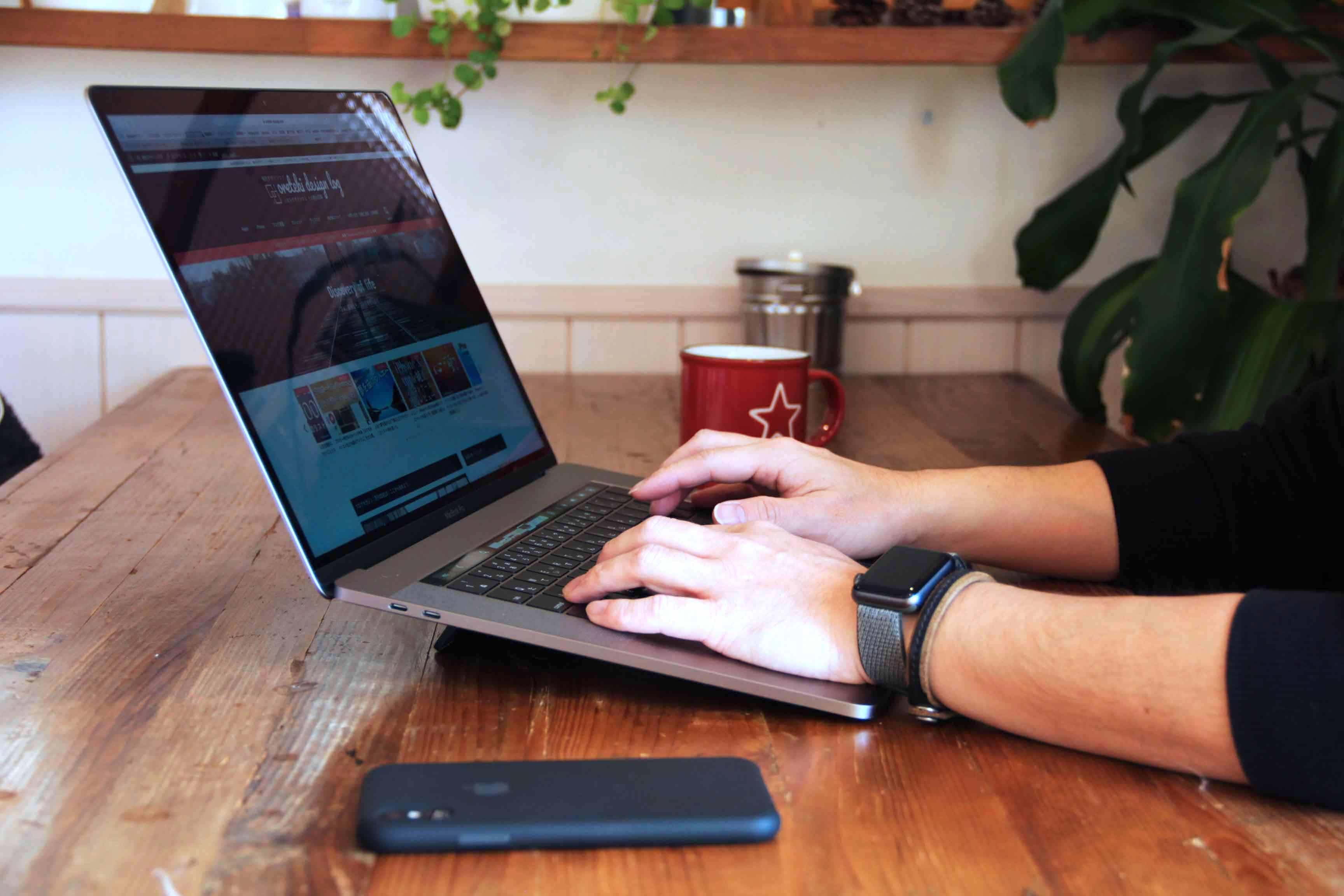 macbokkproにkickflip装着してキーボードタイピングしている写真