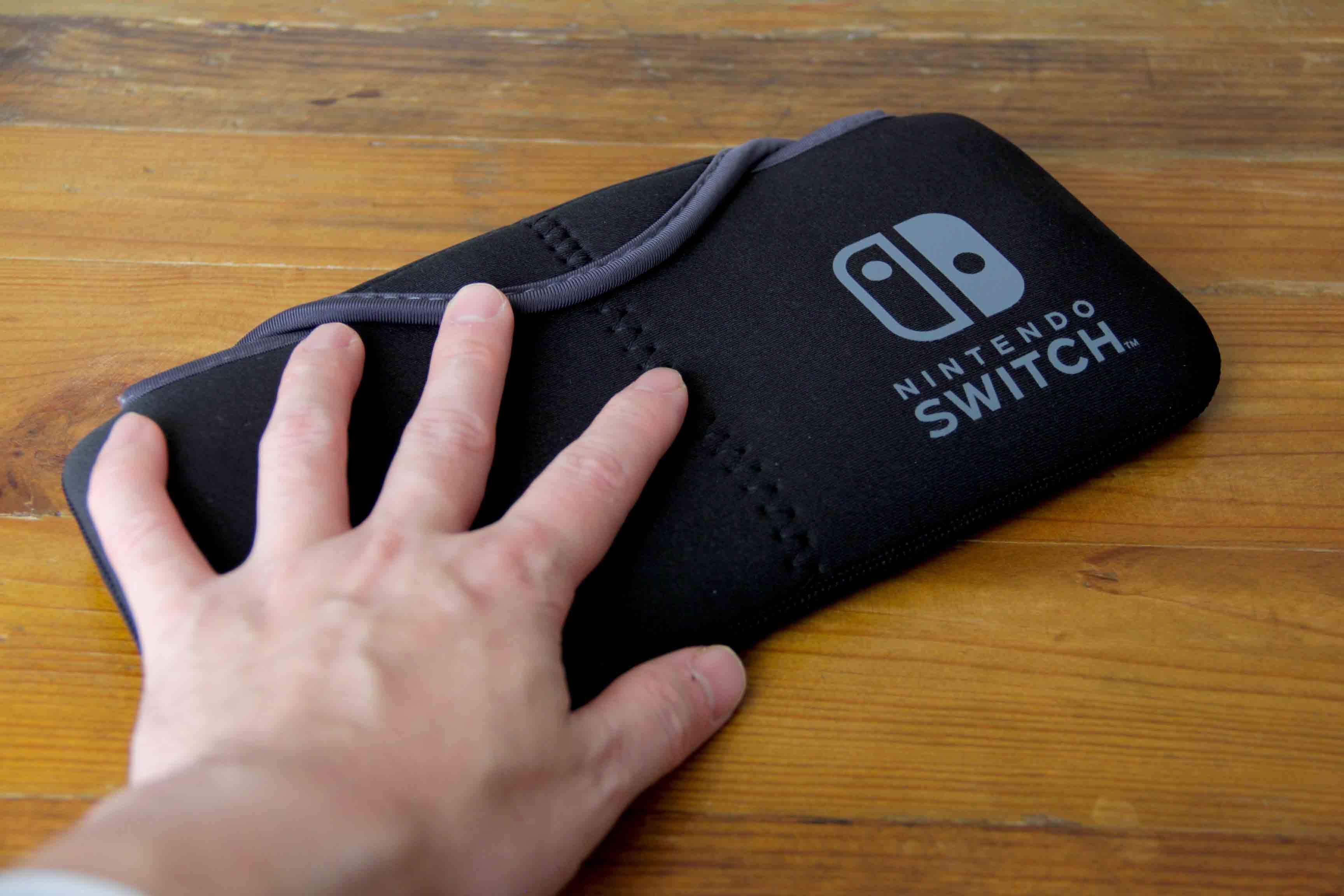 Nintendo switchと専用ケースポーチ|QUICK POUCHの全体写真