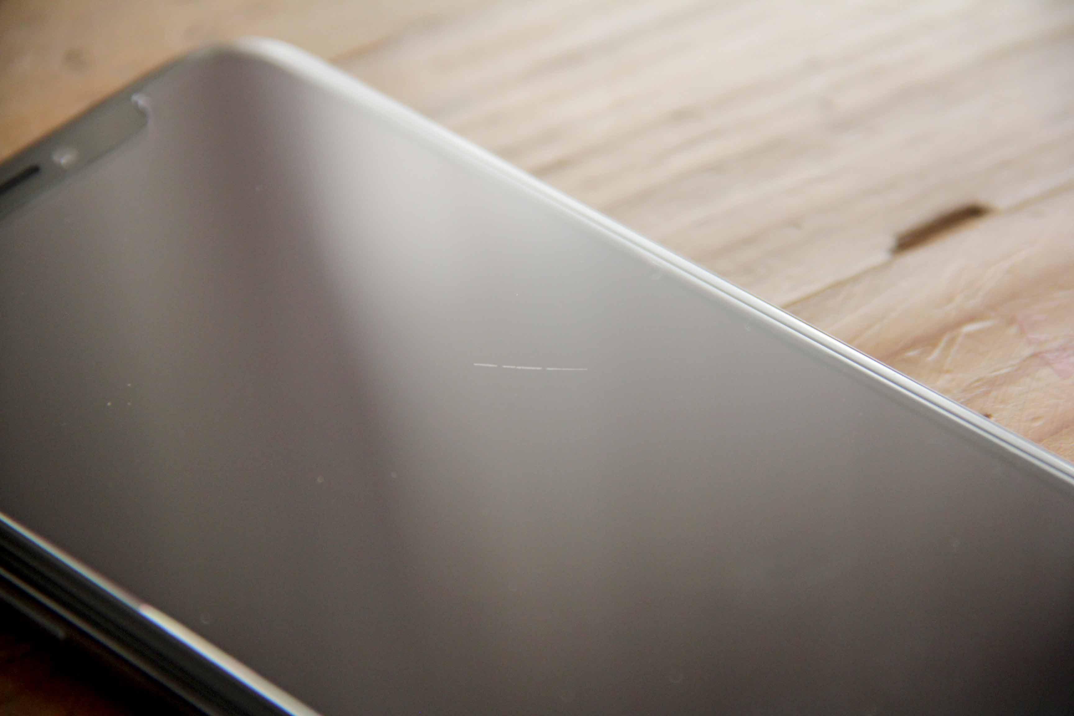 iPhoneX液晶ガラスフィルム貼った後の傷の写真