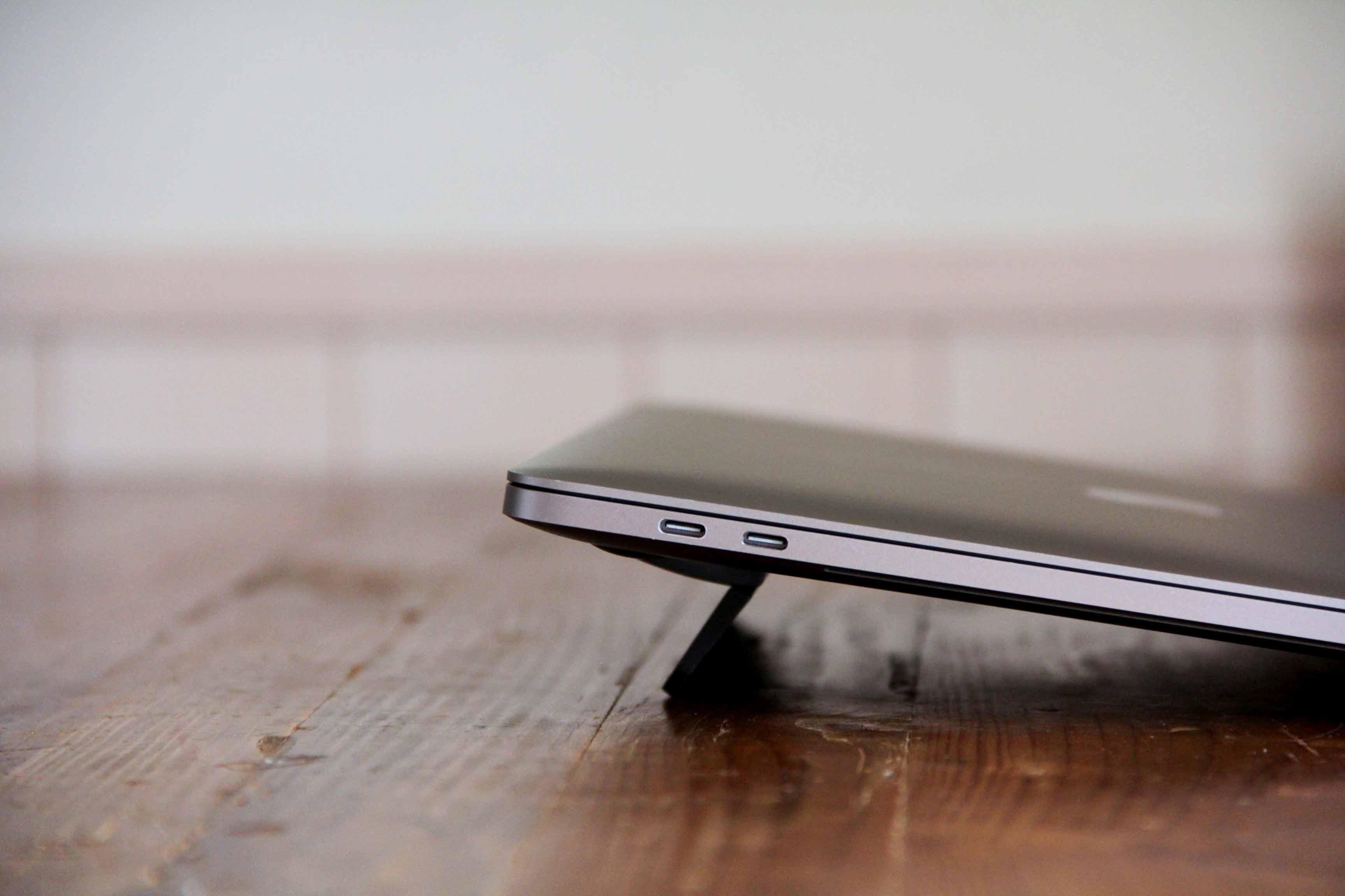 MacBook用kickflipフリップスタンド本体を装着した写真