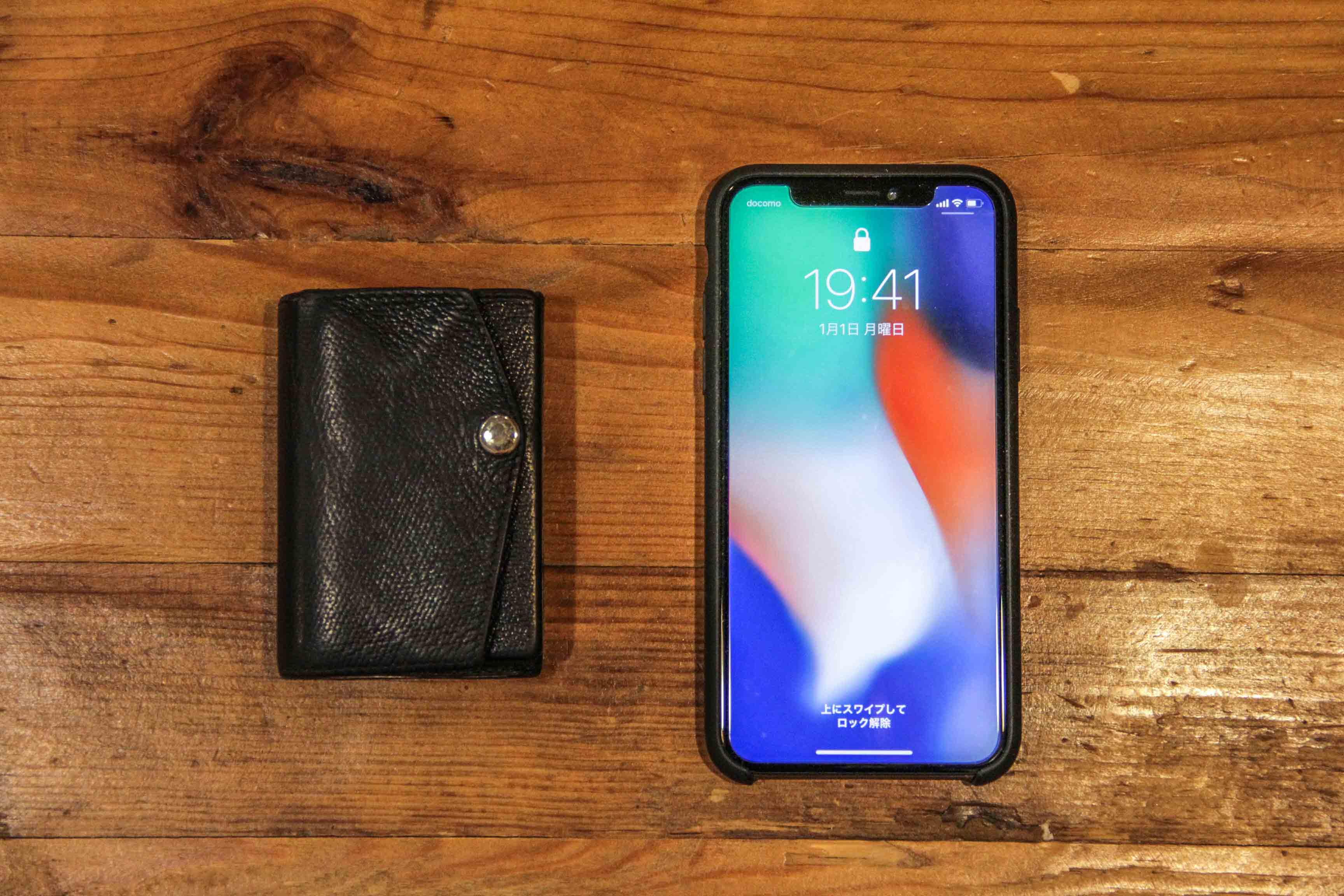 小さい財布とiPhoneXの画像