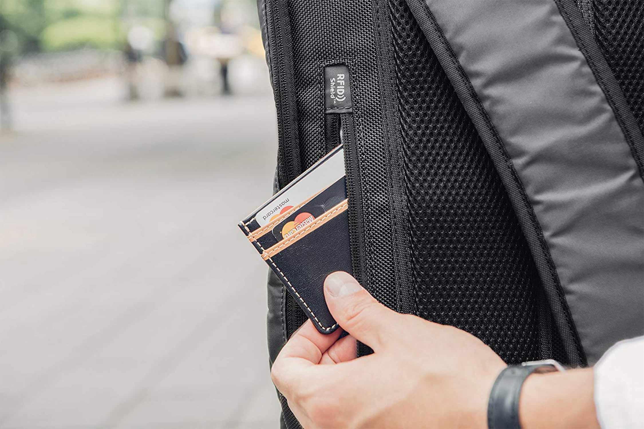バックパックのRFIDポケット写真